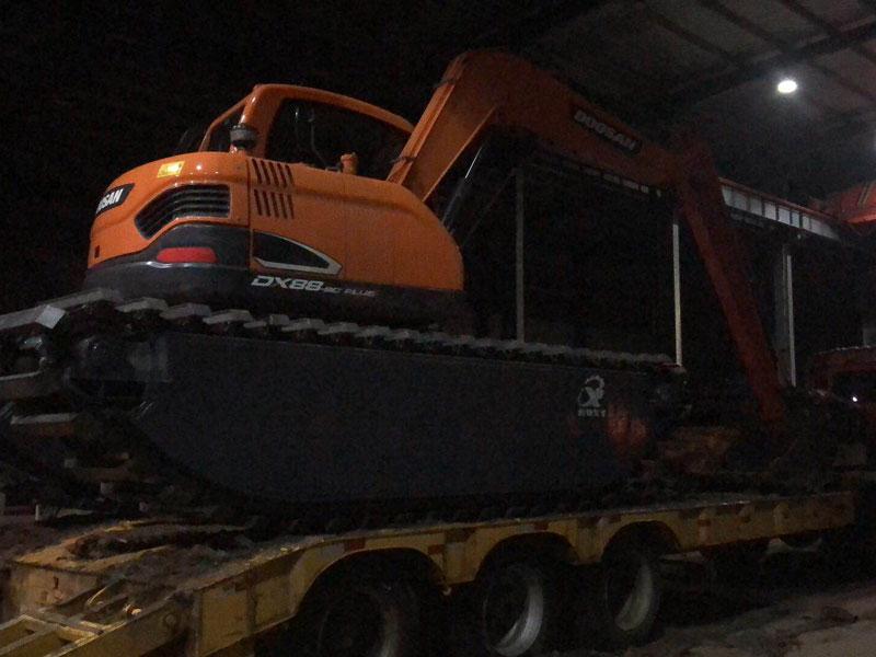 斗山DX88标配8吨级水陆挖掘机浮箱
