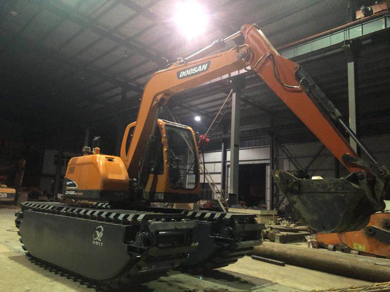 加藤HD820R标配8吨级水陆挖掘机浮箱