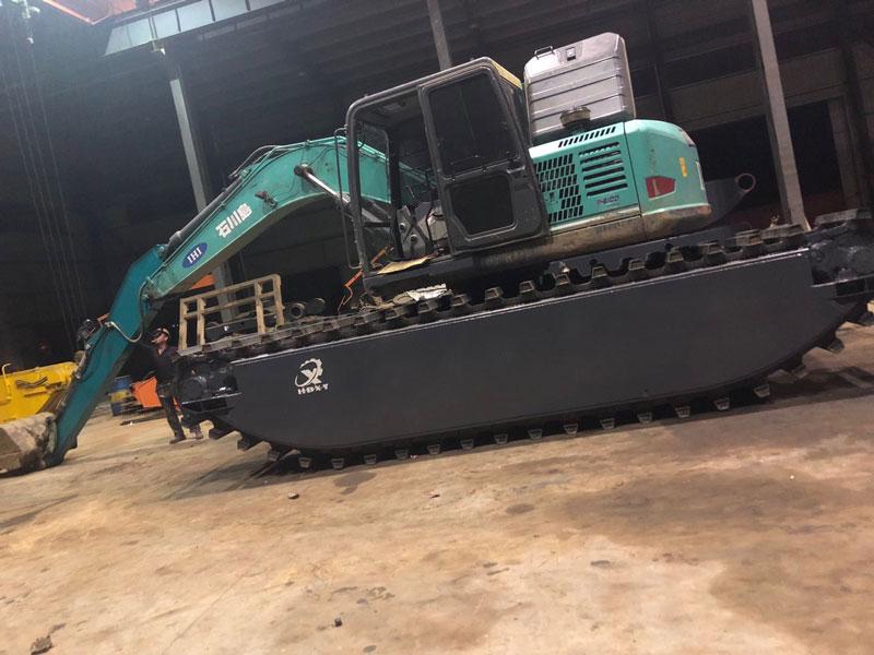 神钢SK210标配20吨级水陆挖掘机浮箱