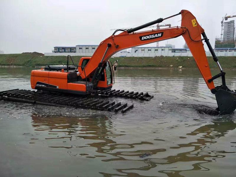 斗山DX215标配20吨级水陆挖掘机浮箱