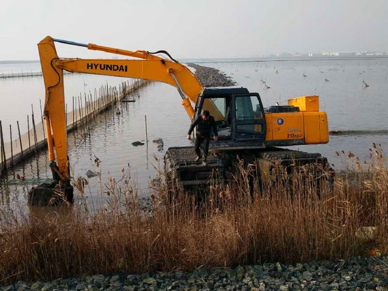住友SH210标配20吨级水陆挖掘机浮箱